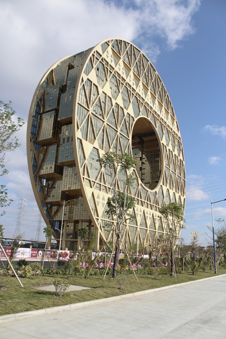 Doughnut Shaped Guangzhou Circle Mansion In China Reflects