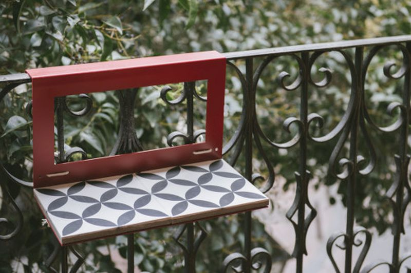 Portable nimio s manuela table is a tiny addition for your for Mesa colgante balcon
