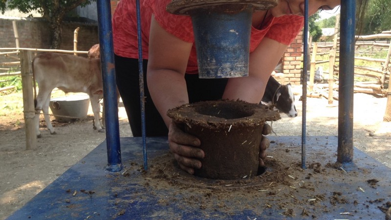 Cow dung pot by Peepal Farm