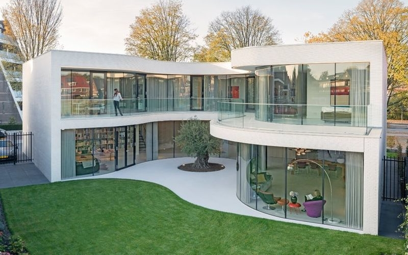 Curvy Rotterdam house offers privacy and visual connection with nature