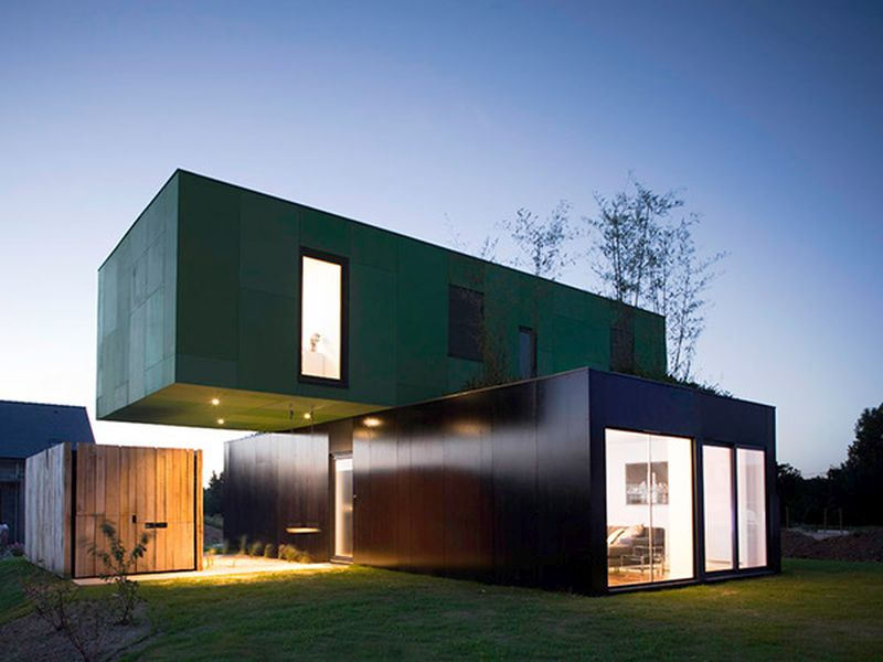 Crossbox, a cantilevered modular shipping container house