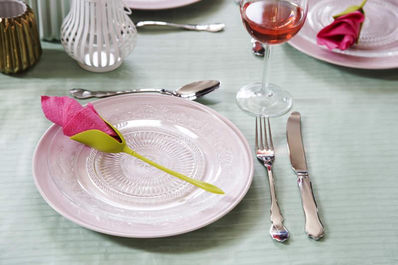 Display napkins as rose petals with Bloom napkin holder by Peleg design