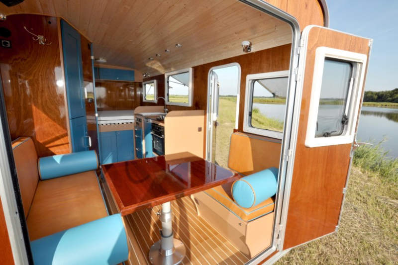Tonke Woodline truck camper features hydraulic system to detach living unit from truck bed