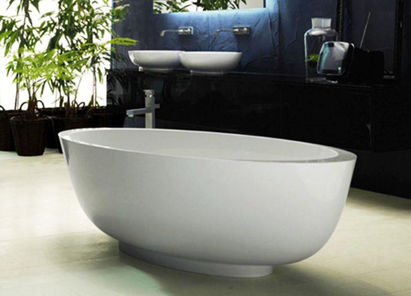 Egg-shaped bathtub by Rifra