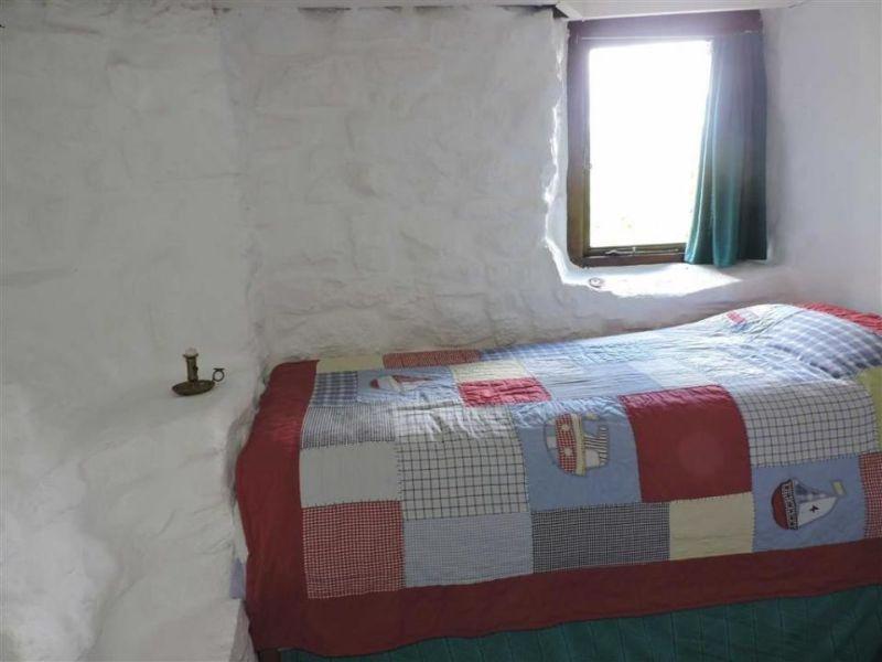 Off-grid Ty cwrdd bach hobbit house