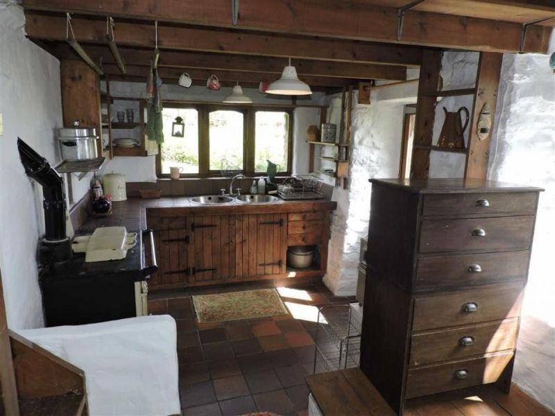 Ty cwrdd bach hobbit house kitchen