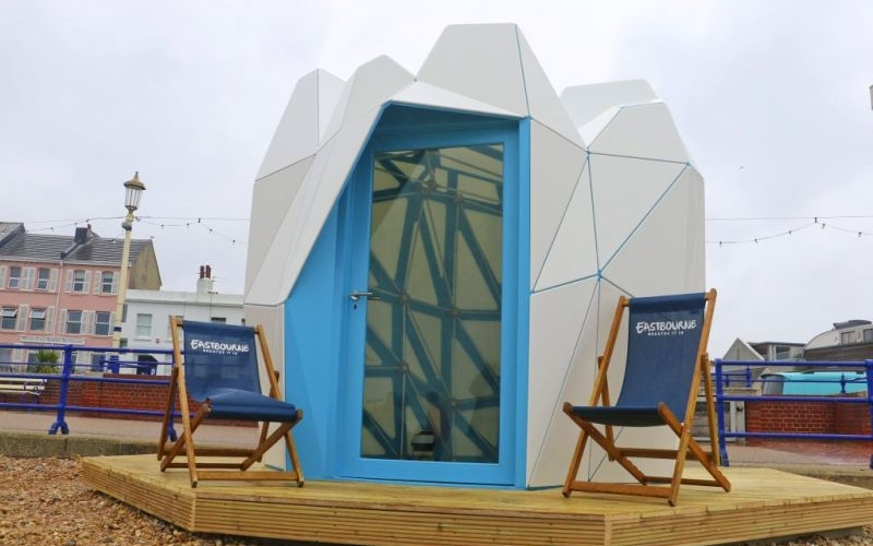 Award-winning modern beach hut invites locals and tourists in Eastbourne
