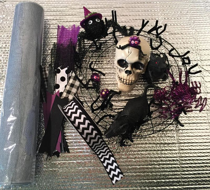 Skull spider and rat wreath for Halloween