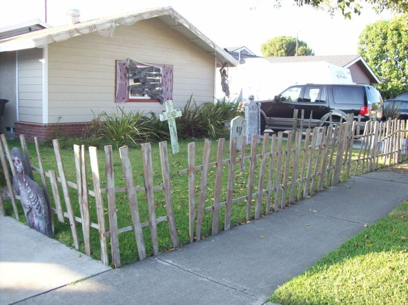 Pallet wood fence for Halloween