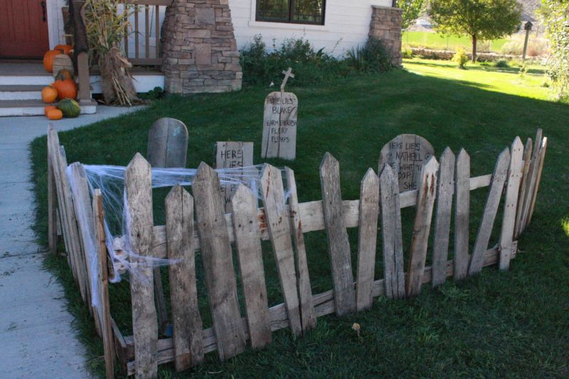 Pallet wood graveyard outdoor Halloween decoration