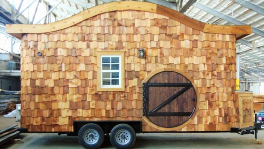 Hobbit house on wheels This tiny house on wheels featuring hobbit-style round door, curved roof and shingled exteriors is a mystic creation by Tennessee-based Company Incredible Tiny Homes. It is based on a double axle, 20 ft (6 m)-long trailer that offers a total 160-square-foot floor space. Its interiors can be outfitted with the desired custom-built furniture, appliances and lighting.