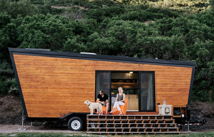 Woody tiny house on wheels Californian couple Brian and Joni Buzarde has built this tiny house in order to explore their passion for travel. Its walls are made of SIPs, while exteriors are clad in cedar. All interior sections including walls, flooring, ceiling and kitchen cabinets are made from birch-veneer plywood.