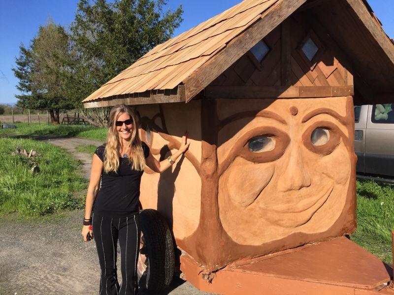 Miguel Elliott (Sir Cobalot) Creates amazing tiny cob house