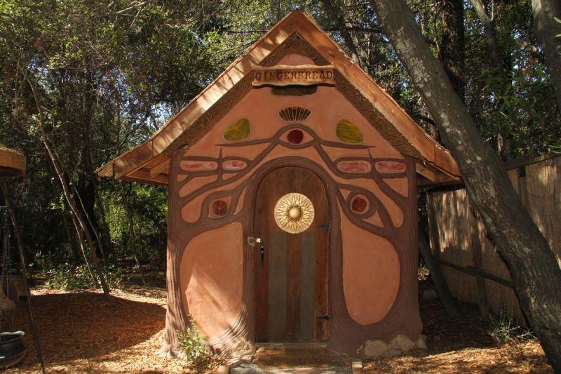 Miguel Elliott (Sir Cobalot) Creates beautiful cob houses