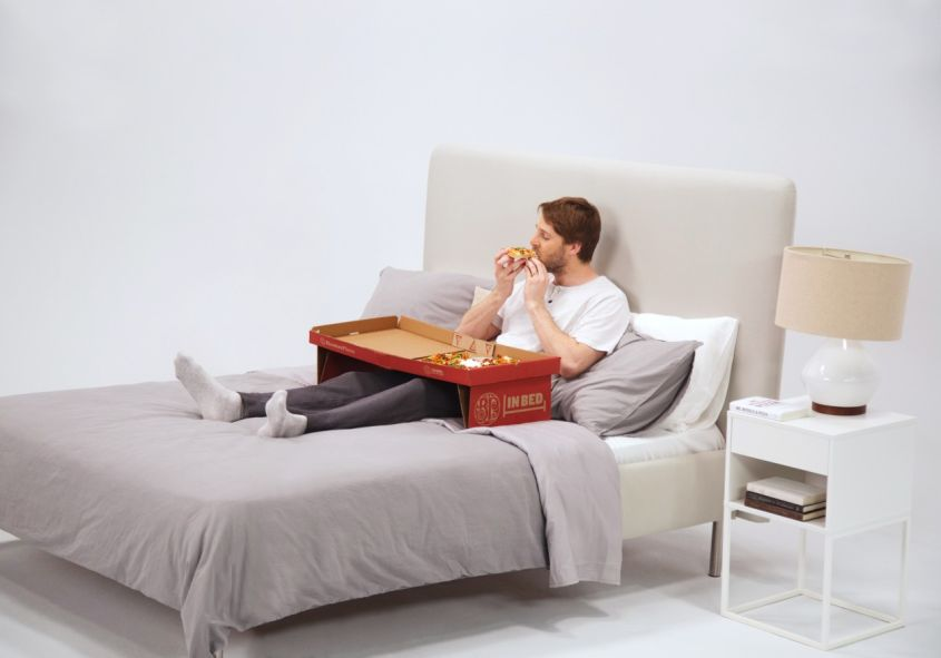 This Pizza Box Becomes Self-Supporting Table for Eating Pizza in Bed