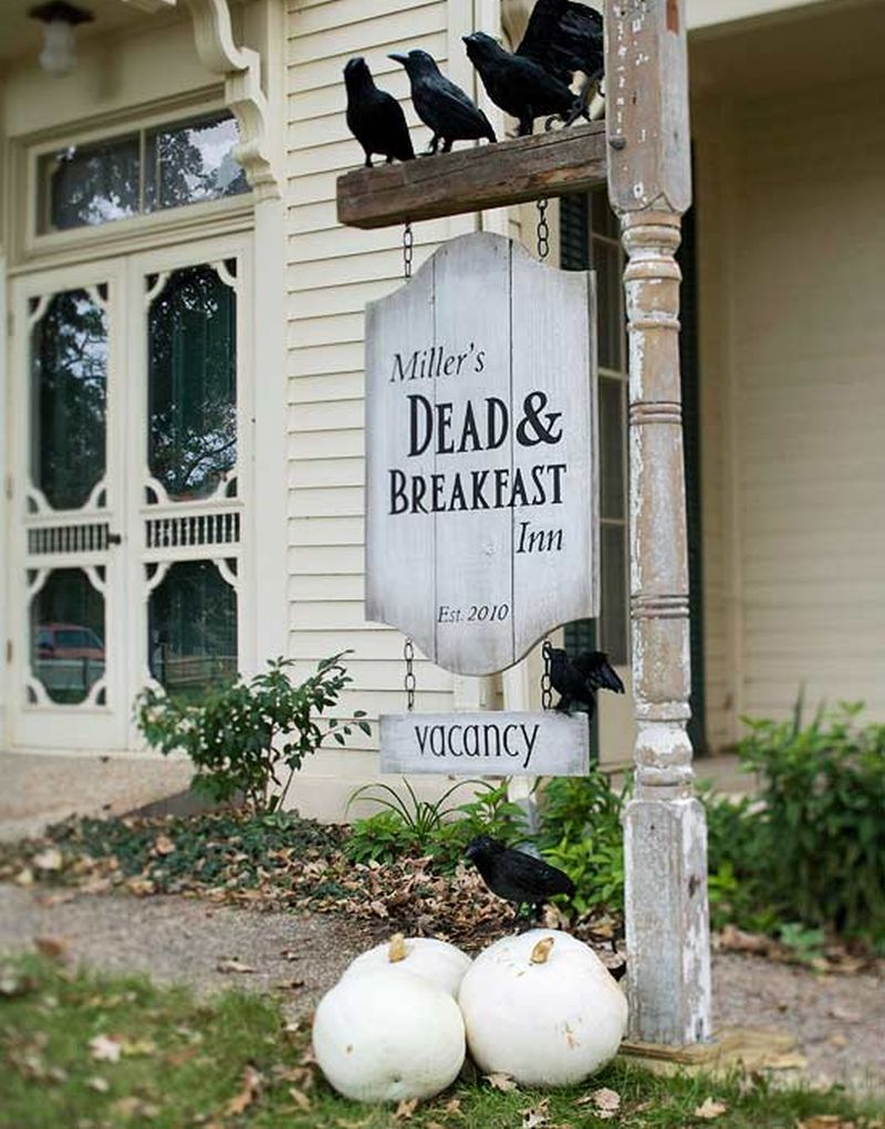 25 DIY Outdoor Halloween Decorations You can Make at Home