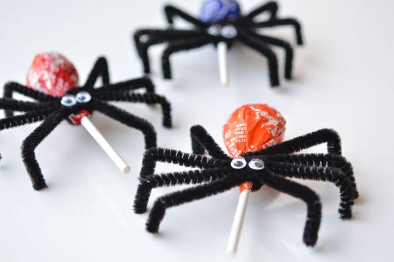Lollipop spiders Halloween crafts for kids