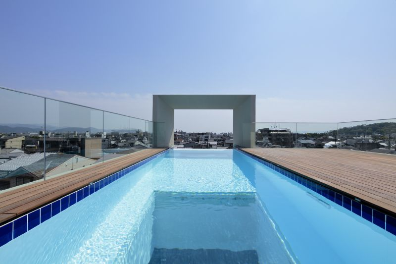 Cantilevered House Made of Stacked Concrete Square Tubes has a rooftop Swimming Pool