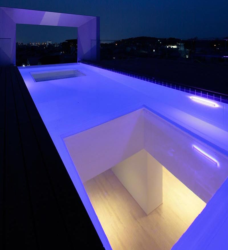 cantilevered-house-rooftop-swimming-pool